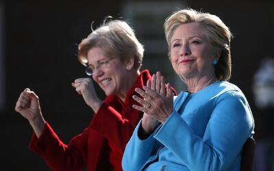 Elizabeth Warren junto a Hillary Clinton en un acto de campaña en...