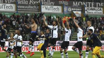 Los jugadores del Parma celebran su inesperada victoria sobre Juventus.