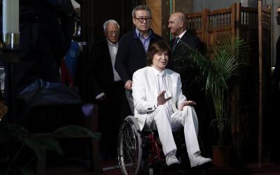 Aunque llegó en sillón de ruedas, luego el cantautor espa&...