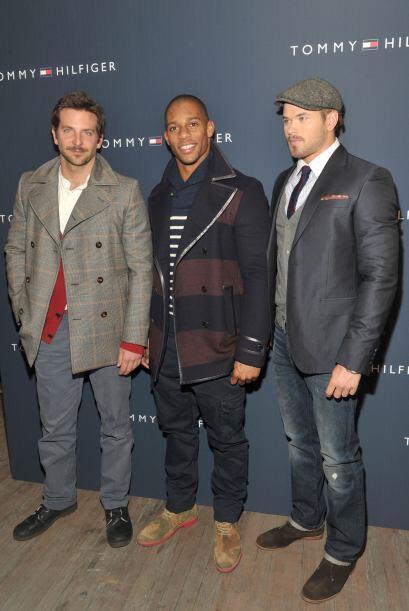 Víctor aparece acompañado por los actores Bradley Cooper (izq.), de la s...