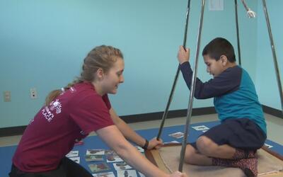 Anuncian posibles recortes a centros de terapia para niños con necesidad...