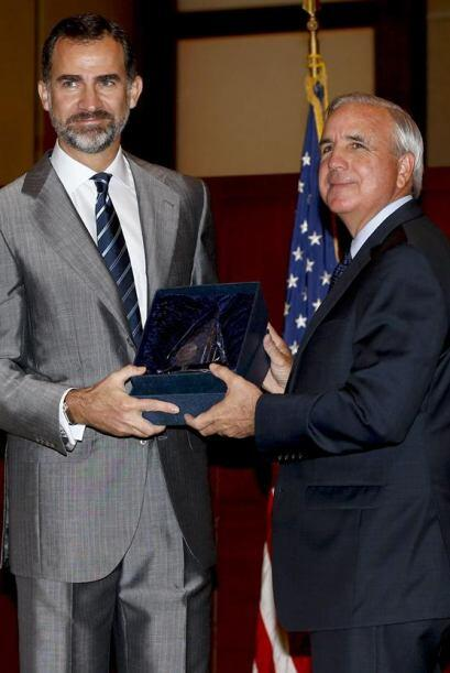El príncipe Felipe recibe de manos del alcalde del condado de Mia...