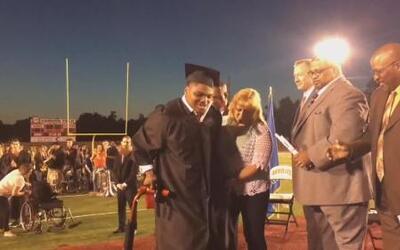 Un estudiante con parálisis cerebral camina por primera vez en su gradua...