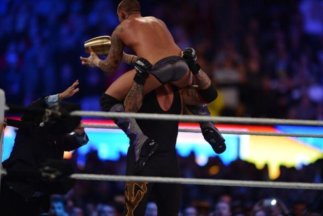 CM Punk lo golpeó con el cofre de cenizas que había llevado consigo