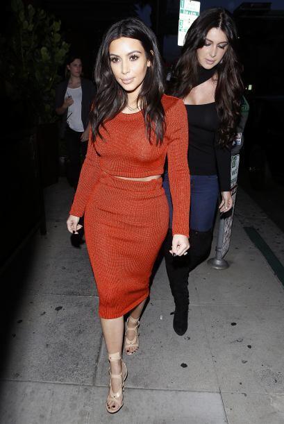 Kim estaba enfundada en un entalladísimo vestido rojo. Más...