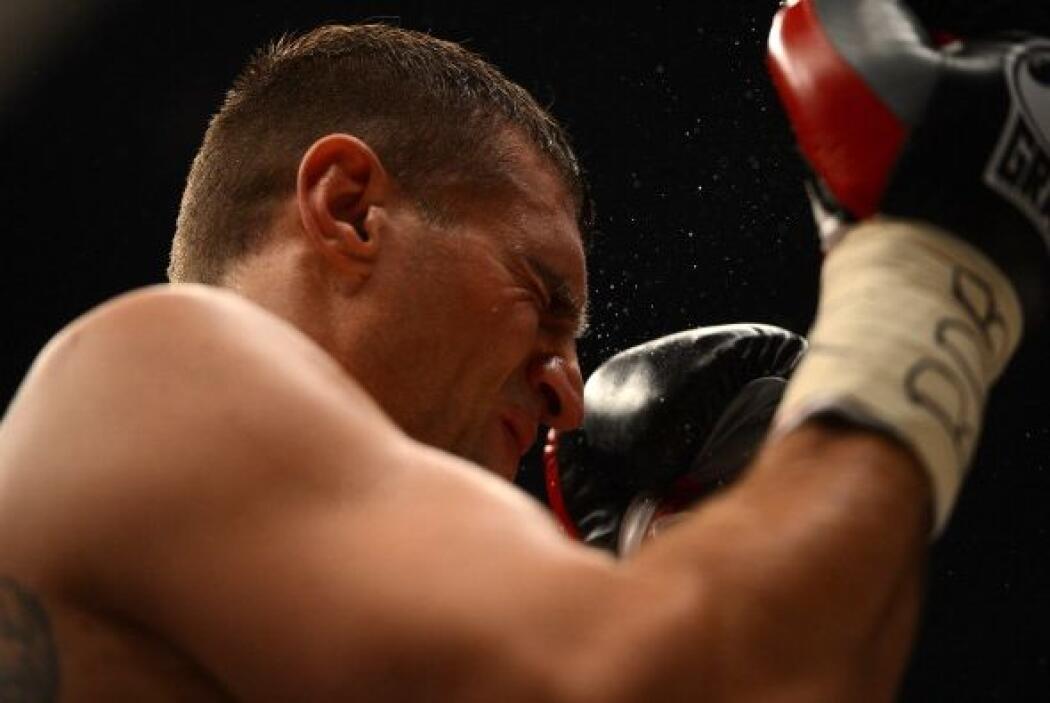 El rostro de Wash se llenó de los guantes del campeón.