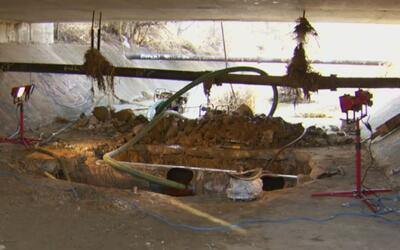 Ruptura de una tubería de agua ha obligado el cierre de varios negocios...