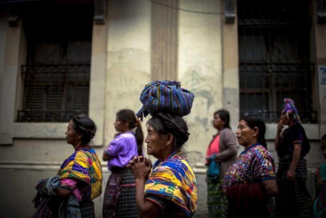 Mujeres indígenas caminan por el Centro Histórico de Ciudad de Guatemala.