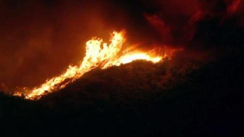 Voraz incendio avanza sobre las montañas de Santa Clarita, California