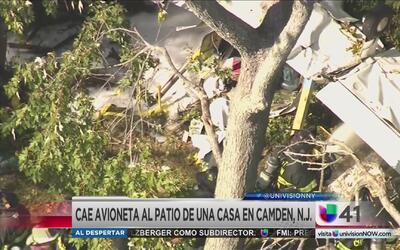 Cae avión pequeño en el patio de una casa
