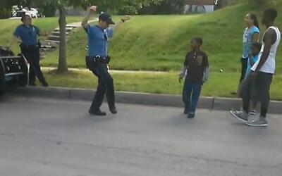 Un policía en Missouri enfrenta a unos niños pero con un divertido reto...
