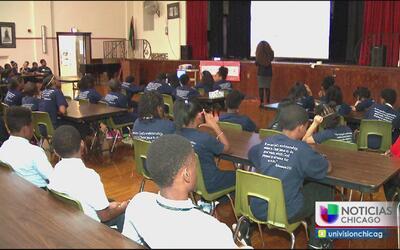 Capacitan a estudiantes de Chicago para identificar posibles actos de vi...