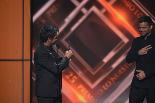 Y dirigiéndose a Ricky, Alejandro compartió su premio con él.