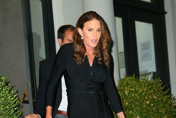 Caitlyn usó un atractivo y ceñido vestido negro.