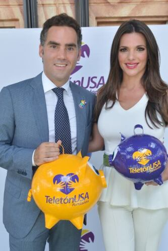 Bárbara y Enrique con el característico cochinito del Teletón.