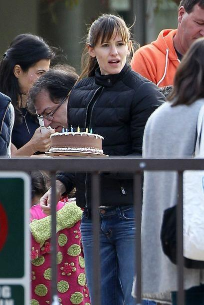 Pero Jennifer llevó un pastel para compartir. Mira aquí lo...