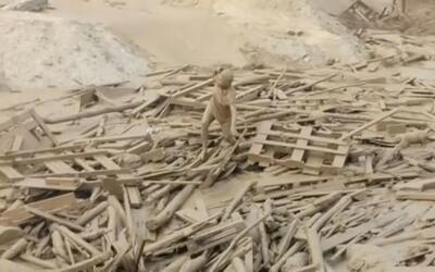 En video: el dramático momento en que una mujer es arrastrada por un río...