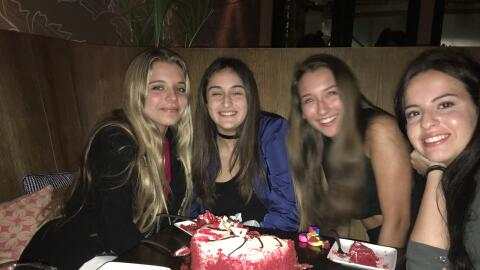 Así celebró Mía de Molina su cumpleaños 16 con sus papás y amigos.