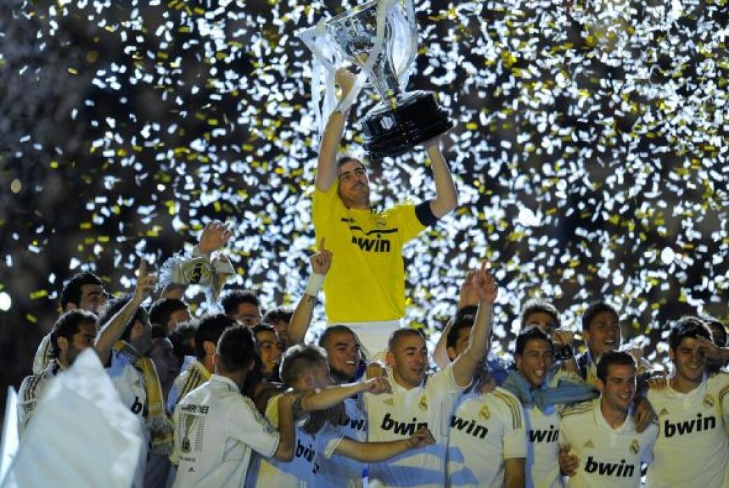 España volvió a ver al Real Madrid levantar el trofeo de la Liga ibérica...