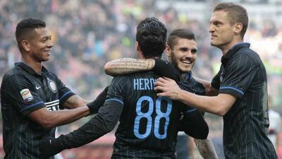 El argentino Icardi es felicitado por sus compañeros interistas.