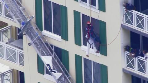 En video, la angustia de un obrero que quedó colgando de lo alto de un e...