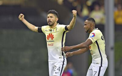 Oribe Peralta y William festejan uno de los goles de las Águilas...