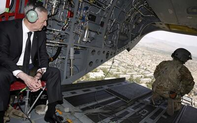 El general Jim Mattis, jefe del Pentágono, sobrevolando Kabul, Afganistá...
