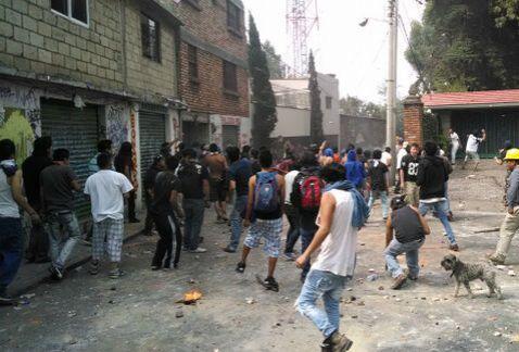 Los manifestantes lanzaron proyectiles desde calles y azoteas. Y encendi...