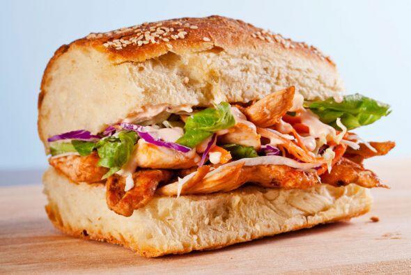 Sándwich de pollo y salsa barbacoa. ¡Tentador! La revista Eating Well su...