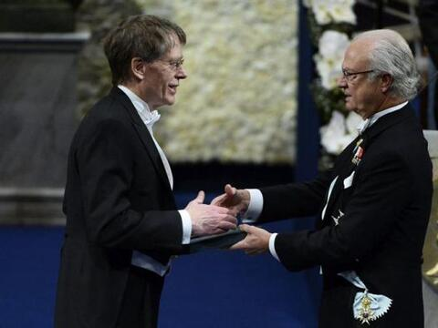 El premio Nobel de Economía 2013 Lars Peter Hansen (i) recibe su...