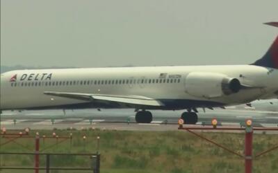 Bajan a pasajero de avión de la aerolínea Delta Airlines por utilizar el...