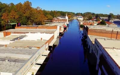 Imágenes de drone muestran a la ciudad de Fair Bluff inundada días despu...