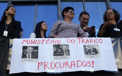 Empleados ministeriales participan en una protesta pidiendo la renuncia...