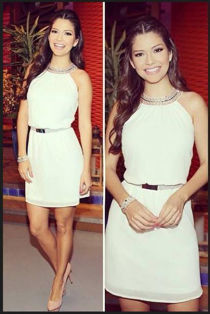 Abril 15, 2014: Un lindo vestido blanco con detalles en el cuello y un c...