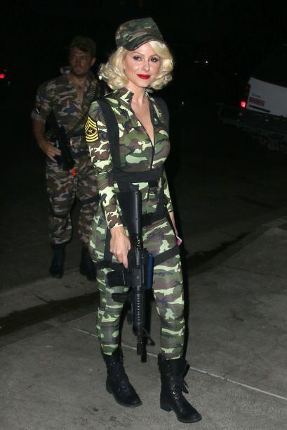 Maria Menounos también llevaba un sexy disfraz de 'G.I Jane'  presumiend...