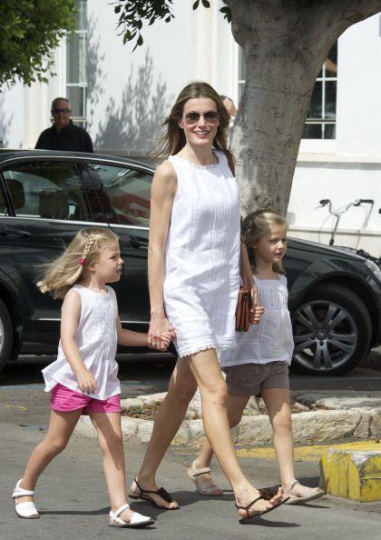 La princesa Letizia utilizó un elegante vestido blanco que resaltó su be...