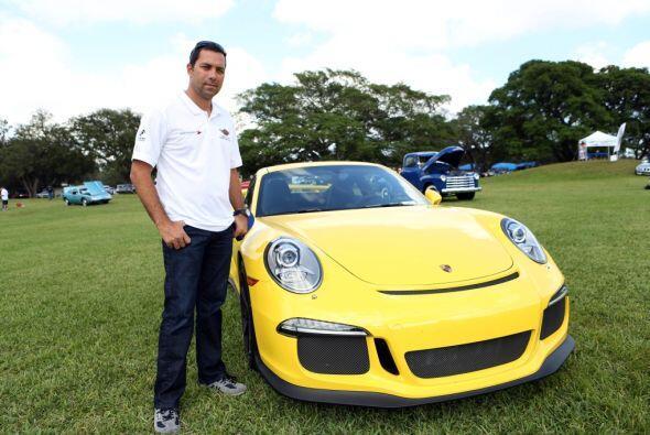 Su amigo Alex Popow llevó su Porsche amarillo a esta exhibición.  Mira e...
