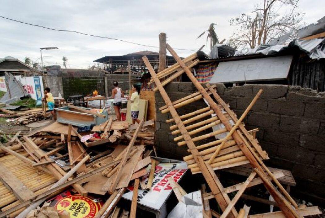 Al menos seis personas, de las 14 que perecieron por el tifón, murieron...
