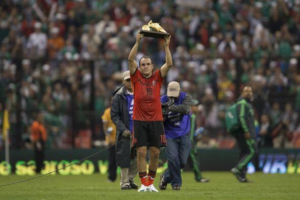 La afición del Estadio Azteca le ovacionó, se le entregó de pie, le dier...