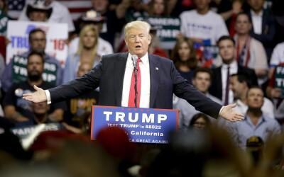 Donald Trump se dirige a sus simpatizantes en un mitin en Fresno, CA.