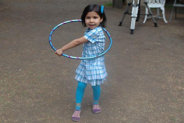 La peque también nos diio una prueba que es buena bailando con el hula-h...
