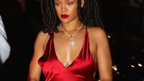 Rihanna en un sexy vestido rojo de seda