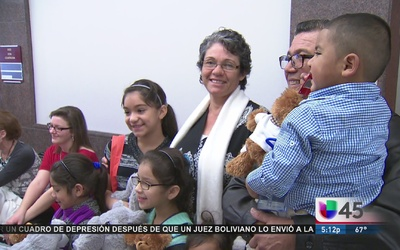 Familia hispana adopta a grupo de 5 hermanitos