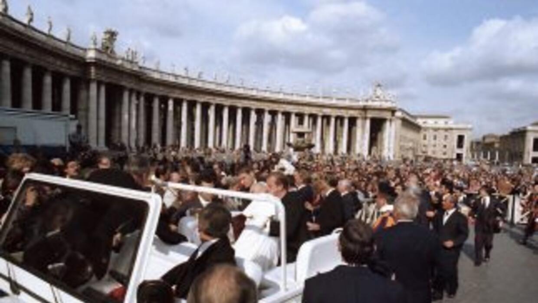 Miércoles 13 de mayo de 1981, 17:17 horas, Plaza de San Pedro. El Papa J...