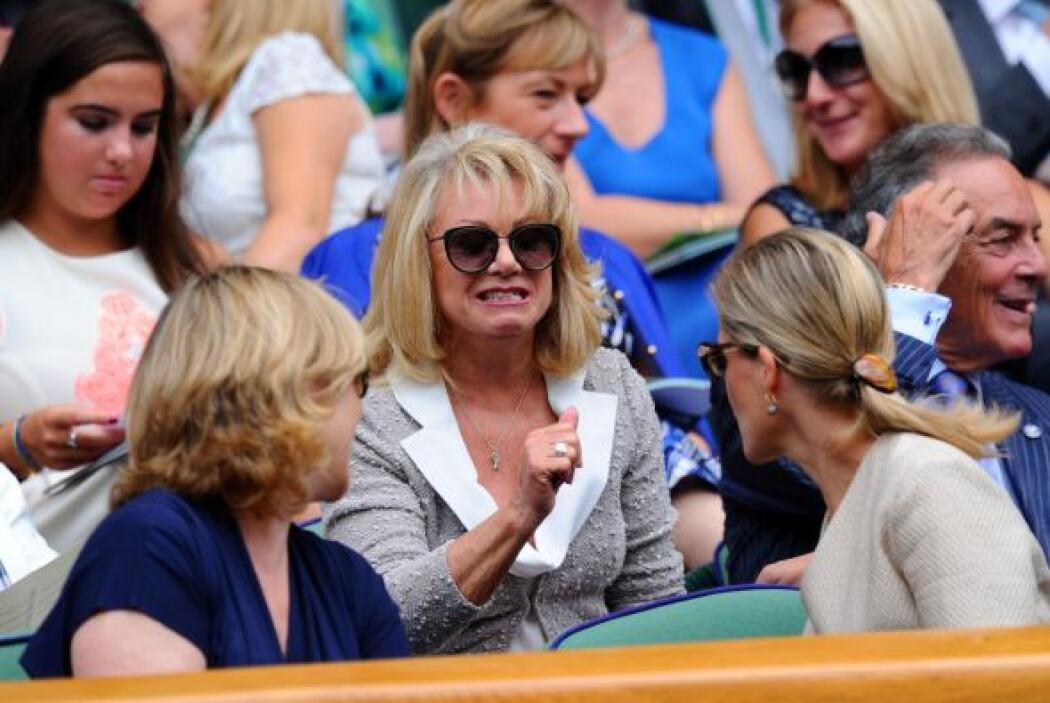 En las gradas vimos muy entusiasta a la cantante inglesa Elaine Paige.