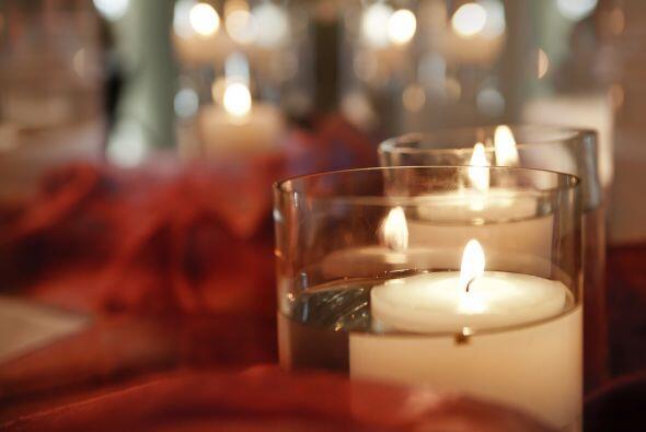 Enciende la vela. Da nuevamente gracias a Dios y pide la presencia de lo...