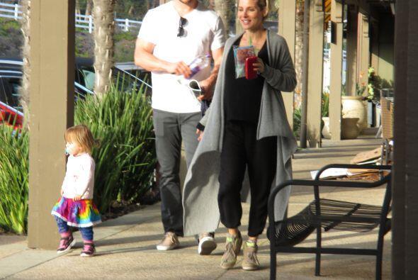Salió a pasear con su pareja, Chris Hemsworth, y su bebita, India...