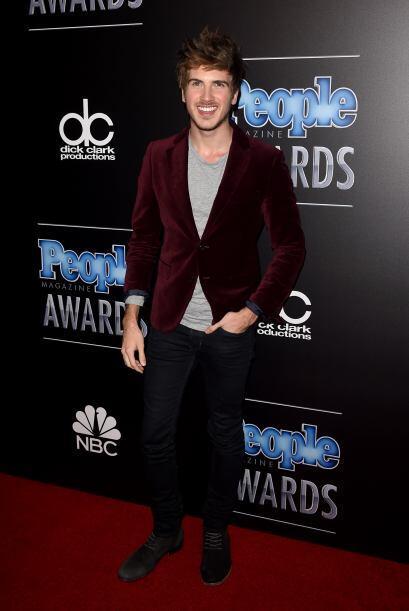 Que alguien le diga a Joey Graceffa cómo se debe vestir para este tipo d...