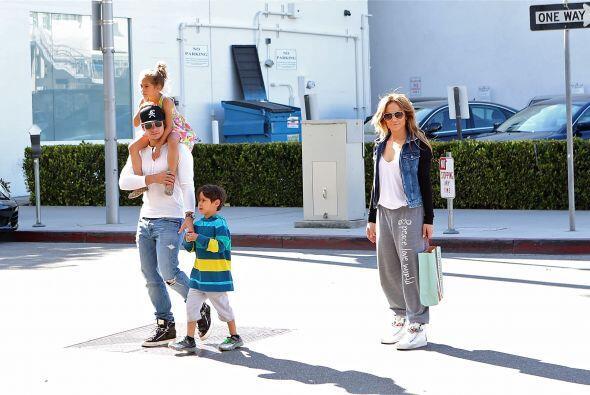 Más fotos de los famosos y los gemelos de shopping por Beverly Hi...