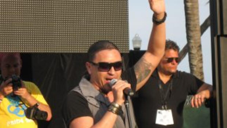 """Elvis Crespo cantando en """"Miami Beach Pride""""."""